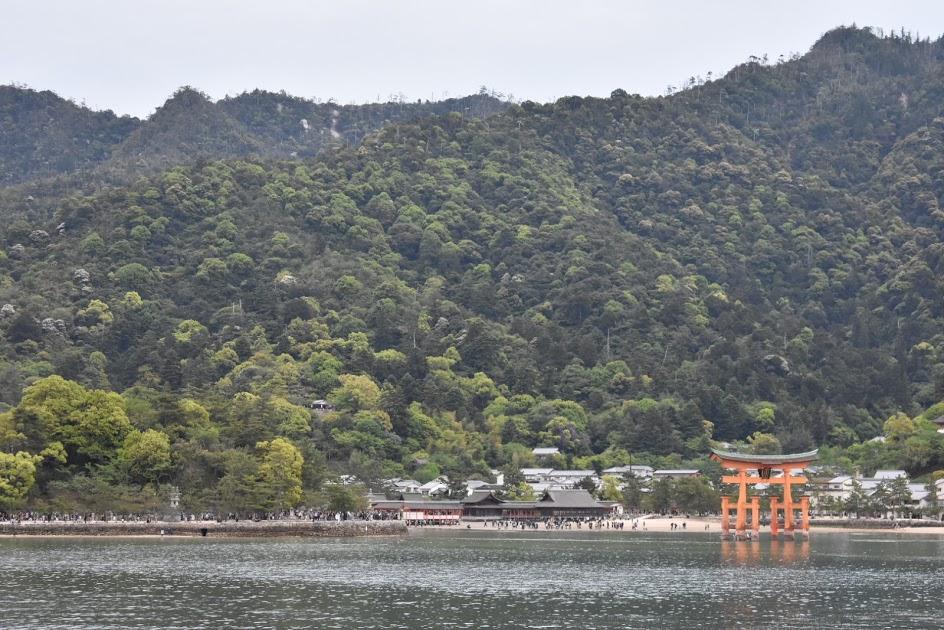 フェリーの上から見る厳島神社大鳥居
