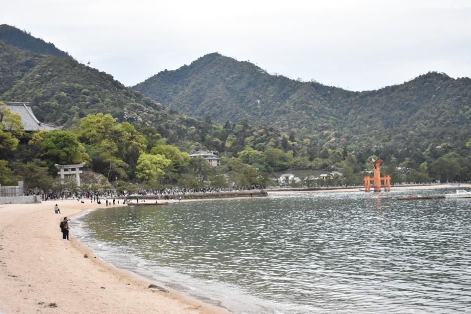 厳島神社に続く道