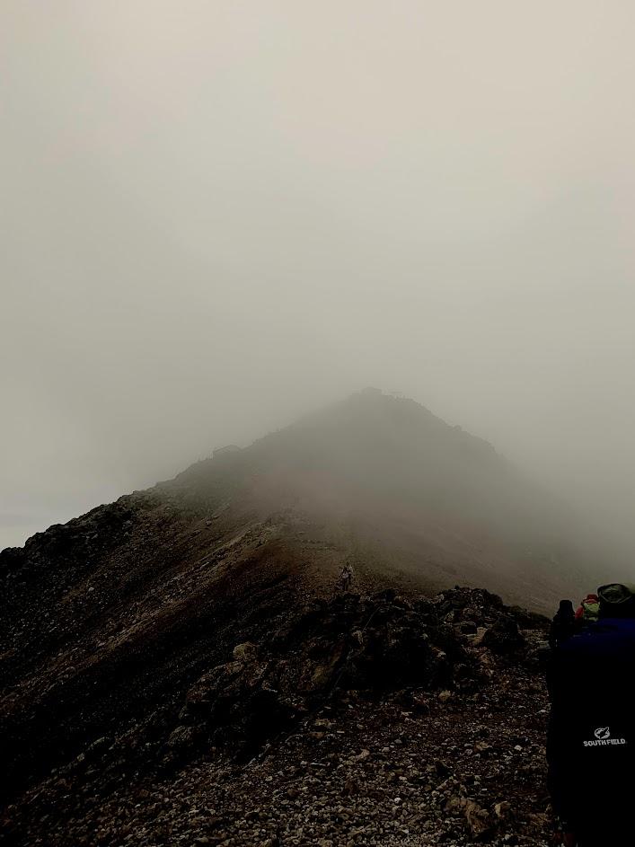 ドン曇りの乗鞍岳